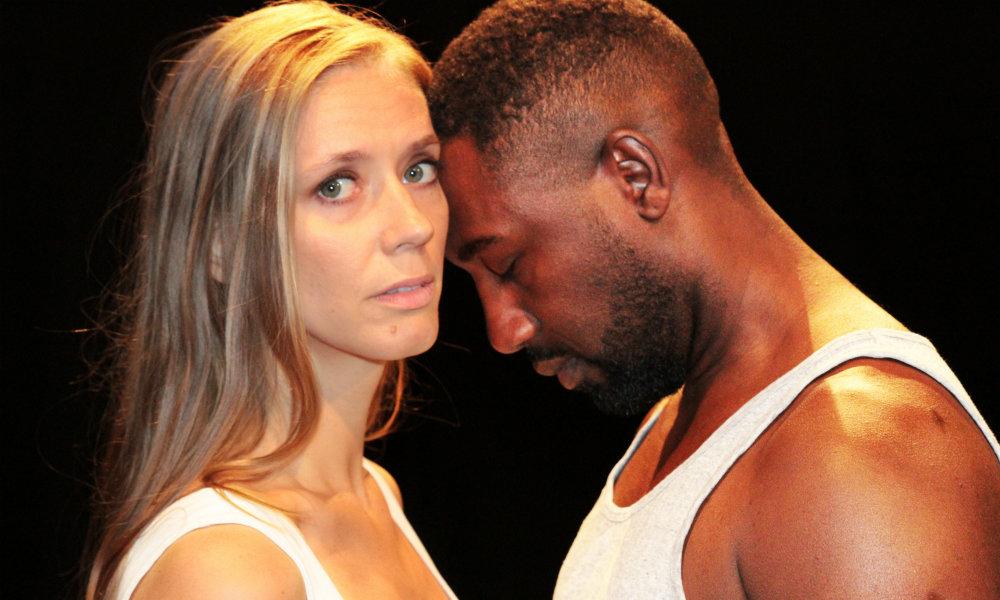 Beatrice Orler som Jennifer och Fred Kalulanga som Jack i Handdukseffekten. Foto: Sofie Magnusson