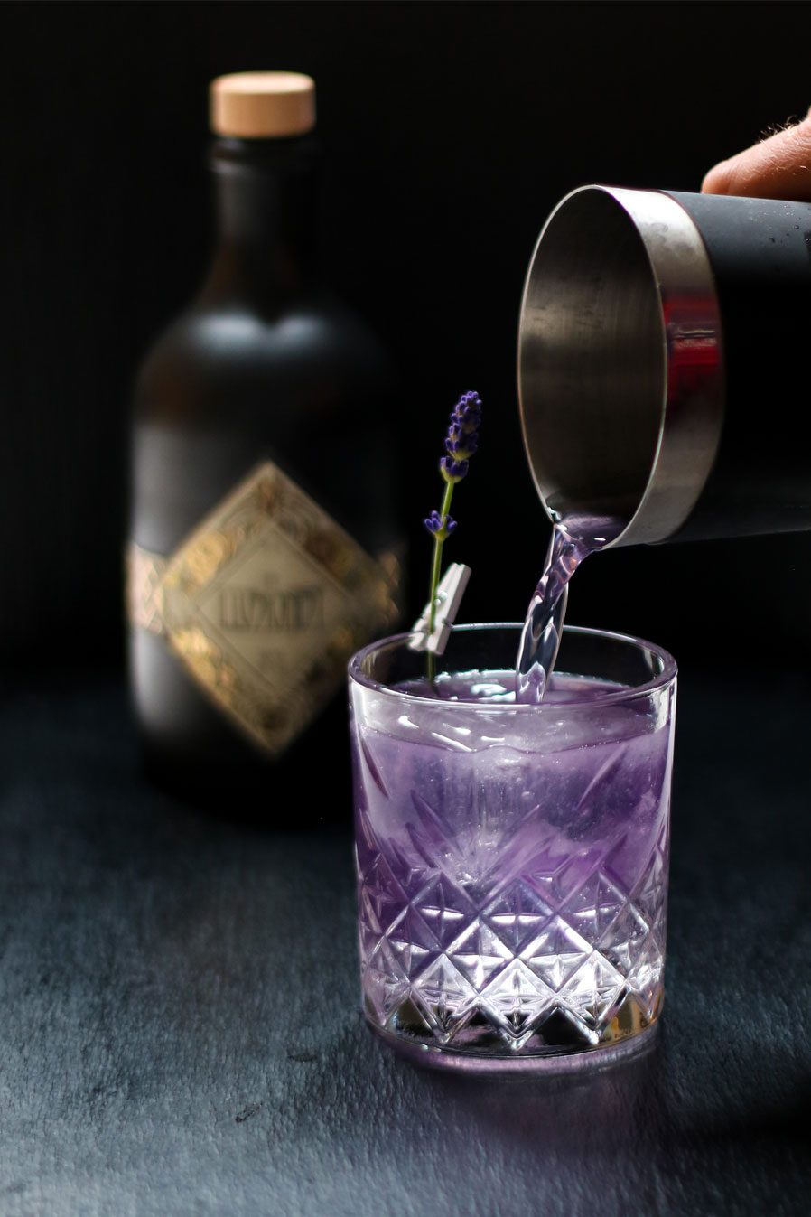 Less is More - …here's to the simple pleasures in life.5cl Illusionist Dry Gin1,5cl Freshly squeezed lemon juice1,5cl Violette syrup Fill with Tonic Water (@fevertree_de Indian / @fentimans_de Connoisseurs / @schweppes_de Dry) Garnish - Lavender stem