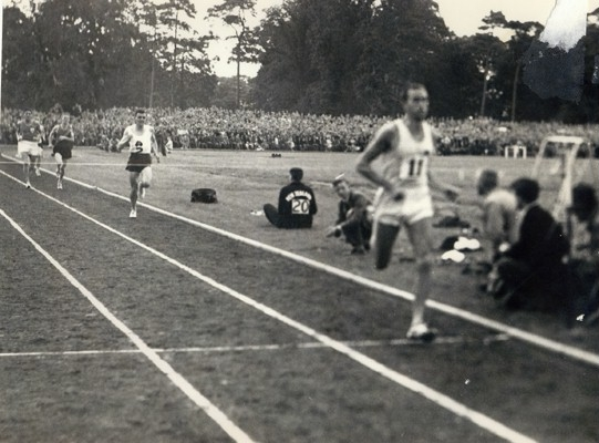 (pictured above)    Elliott crosses the line in a New World Record time.