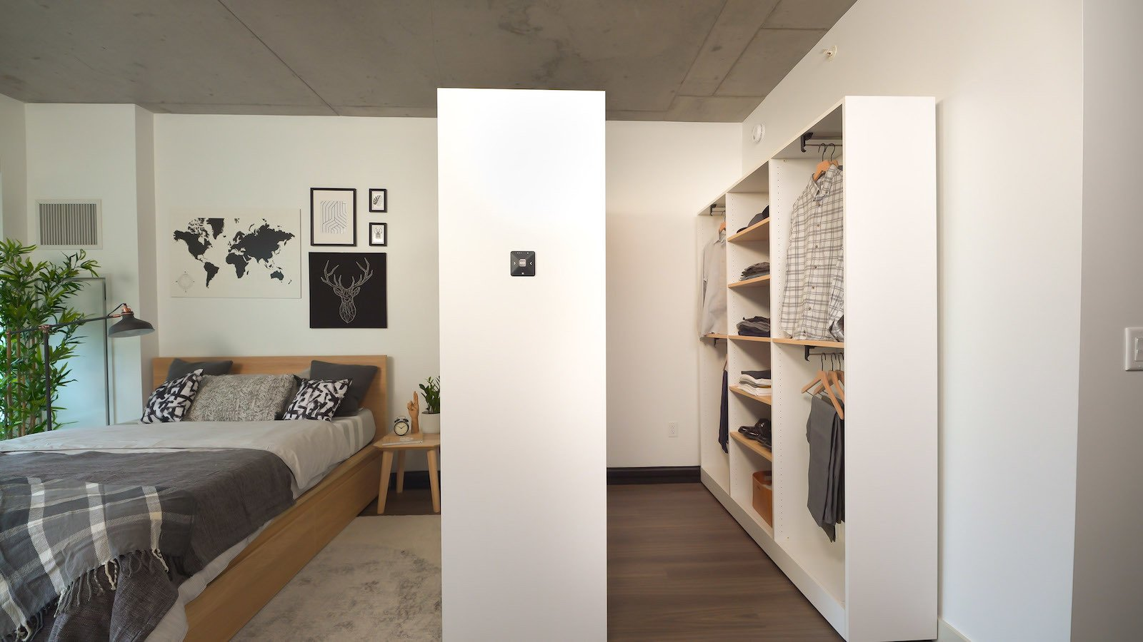 oris-pocket-closet-is-installed-on-a-robotic-rail-it-opens-and-closes-using-a-built-in-controller-a-smartphone-or-voice-control.jpg