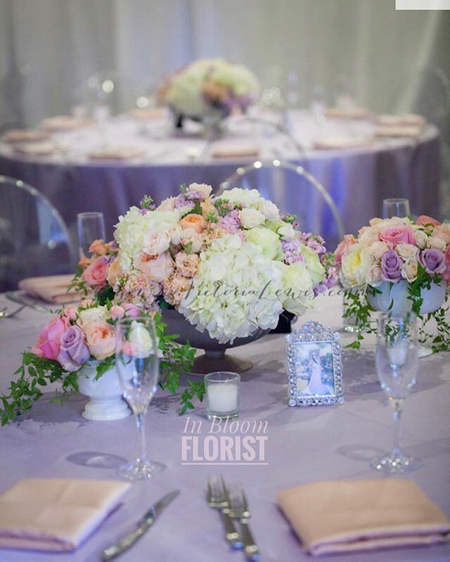 Low centerpieces  paired with small arrangements, simple and classy ✨ #venturacountyflorist #805flowers #flowerarrangement #centerpieces