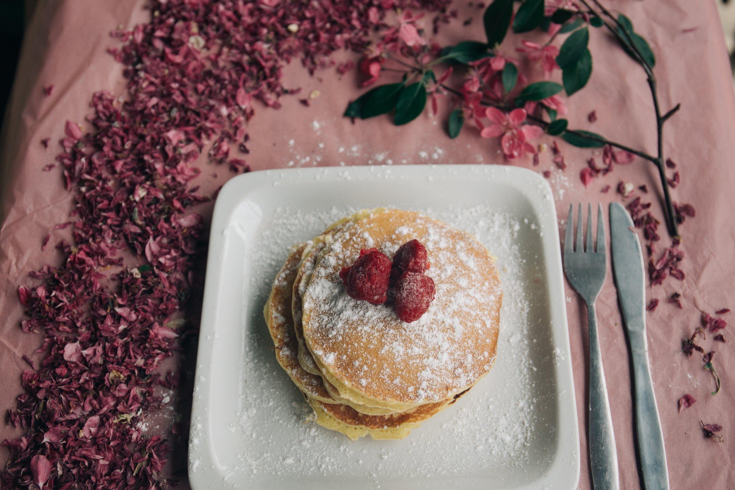 Pour ne pas être à plat ! - Envie de faire un petit brunch ? Et si vous faisiez des pancakes ultra-simples ? Uniquement 2 ingrédients sont nécessaires dans cette recette : banane et oeuf.