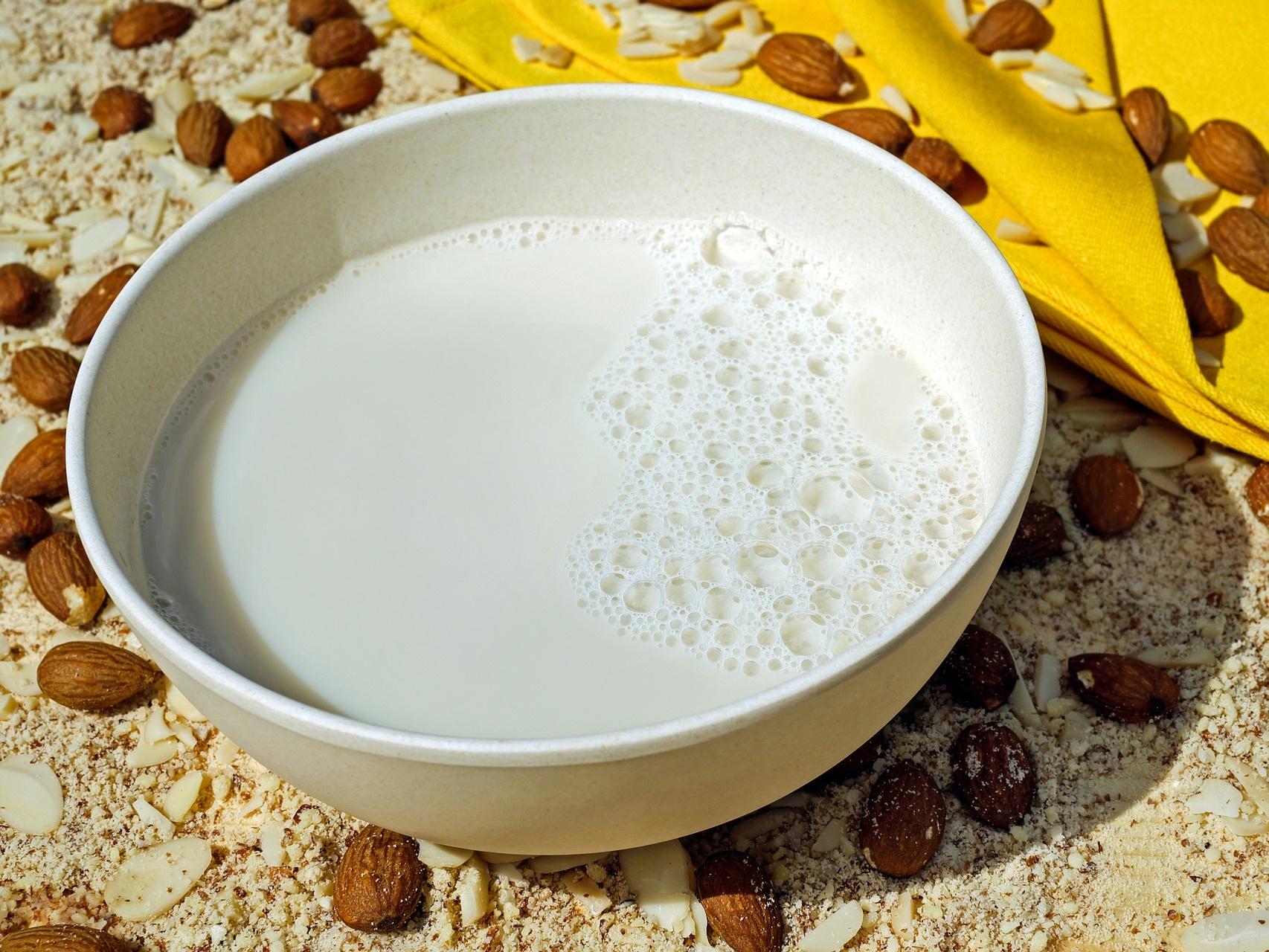 Merveilleux lait à la noix - Les fruits oléagineux sont excellents pour la santé ! Ils sont riches en minéraux et lipides de bonne qualité : plein de choses qui ont tendance à manquer dans l'alimentation moderne.Les boissons (ou laits) végétales du commerce ne sont pas toujours satisfaisants d'un point de vue gustatif et nutritionnel (les fabricants y ajoutent souvent du sucre et de l'huile de tournesol, trop riche en oméga 6).