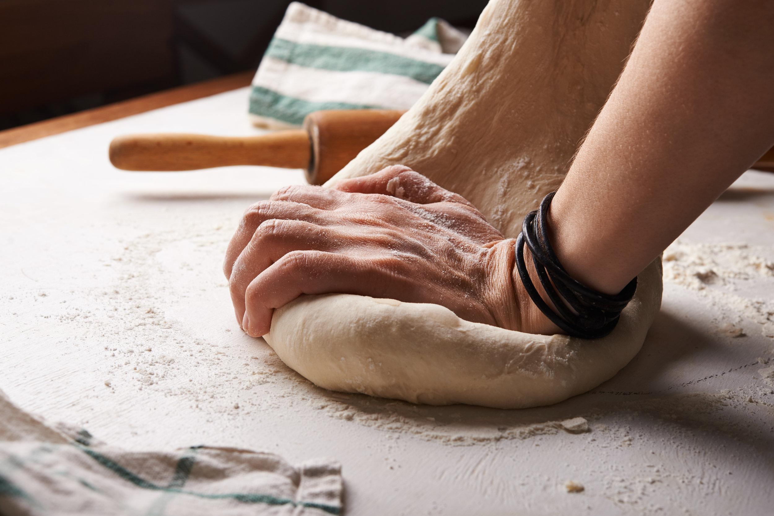 En deux (ou trois) tours de main ! - Ce qu'on appelle la nourriture regroupe un certain nombre de choses. Il existe des nourritures immatérielles. N'avez-vous pas remarqué que lorsque vous vous sentez heureux, utile, stimulé, léger ... vous ne pensez plus à votre pause sucrée de l'après-midi alors que vous l'attendez avec impatience lorsque vous vous sentez frustré ??Cuisiner, créer, façonner de ses mains peut être tout aussi nourrissant que de manger un petit quelque chose. Lorsqu'on cuisine, notre envie de manger, voire même notre faim peut se réduire, comme si l'observation visuelle, les gestes, les odeurs nous avait nourri.