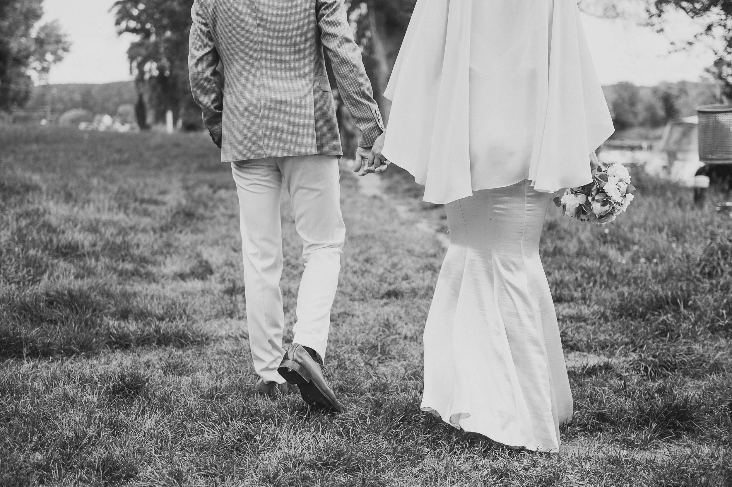 MW-Hochzeitsfotografie_Hochzeitsfotograf_Braut & Bräutigam beim gehen.jpg