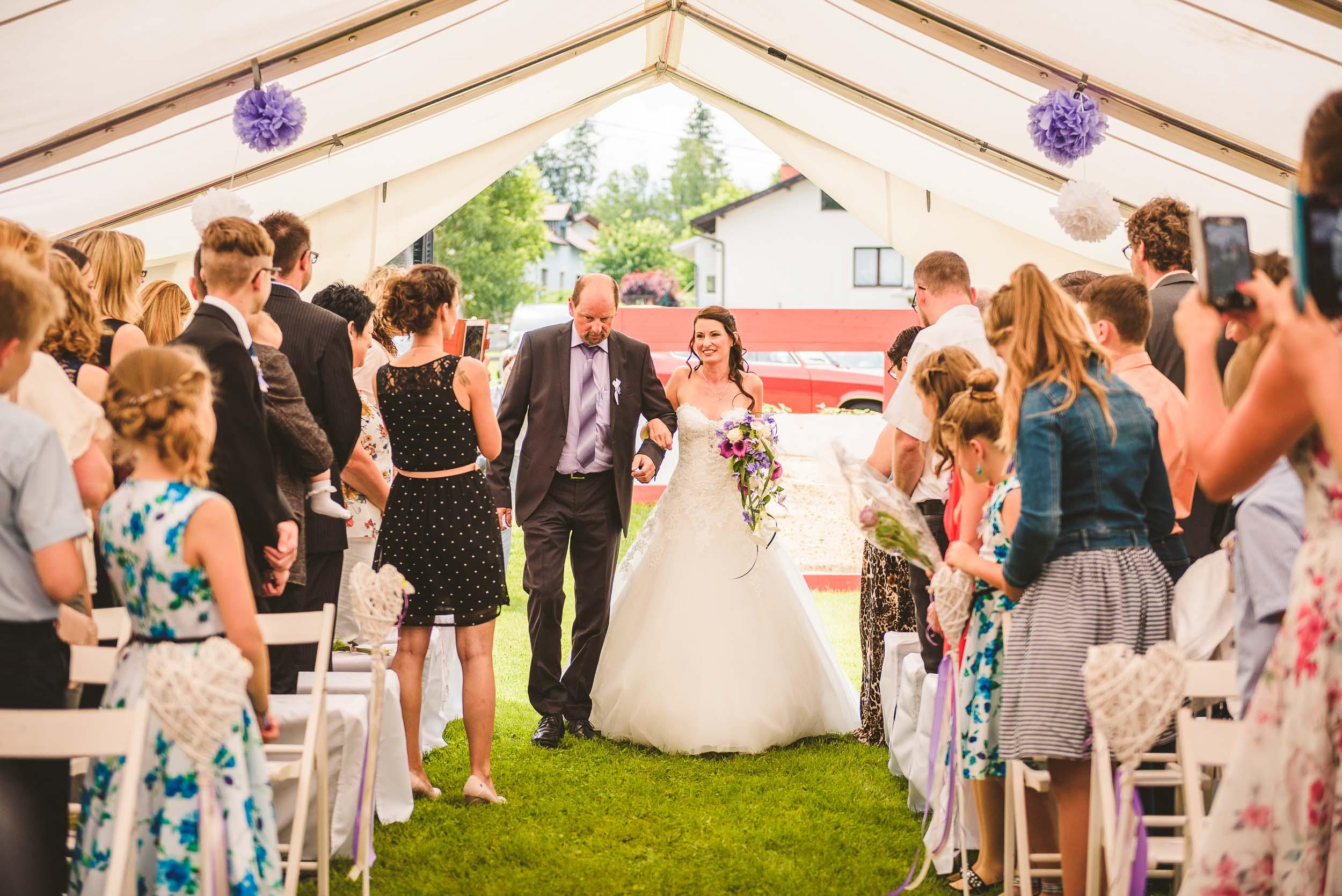 Ein Hochzeitsfoto wie es nicht sein sollte - ein Grund dafür: Handys und eine Braut die dadurch sogar noch abgelenkt wirkt