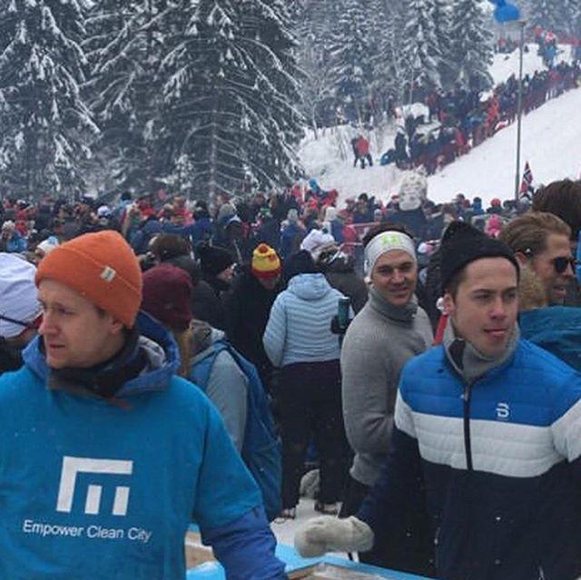 Det er gått en uke siden Holmenkollen skifestival. Kort oppsummert var lørdagen til tider kaotisk, og søndagen helt herlig. Vi er stolte over å ha bidratt til en relativt ren marka sammen med alle dere herlige mennesker som ser verdien i å rydde opp etter dere selv og andre, enten for å få i retur hos oss og/eller fordi dere vet å vise respekt og har forståelse for utfordringene med forsøpling!  Det var flere som deltok i markalotteriet, og vi har nå trukket 17 heldige vinnere som vil bli kontaktet direkte.  Vi har brukt den siste uka på å lande litt, arbeide videre med nye konsepter og jobbet for å unngå å kaste mat-rester. Vi hadde en del råvarer igjen til en chili-gryte, så vi mekket en gryte og solgte den til lunsj hos Heming Idrettslag. Resterende epler har vi presset og pasteurisert til 30L ren eplemost som vil bli gitt ut under en senere anledning. Appelsinene er i ferd med å bli brukt til appelsinjuice og skallet skal vi prøve å lage vaskemiddel av :) Vi kommer til å legge ut noen korte bildeserier fremover fra arrangementet med litt mer fakta og info.  #markalotteriet #trash #trashtag #valueyourwaste #wastetovalue #plasticwastemovement #femmila #tremila #saveourplanet