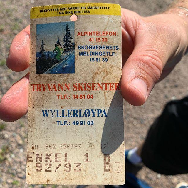 Dette gamle heiskortet fant trener Simen i Kleiva i Oslo vinterpark. Det har nok ligget ute siden sesongen 1992-1993, men er fortsatt i god stand..
