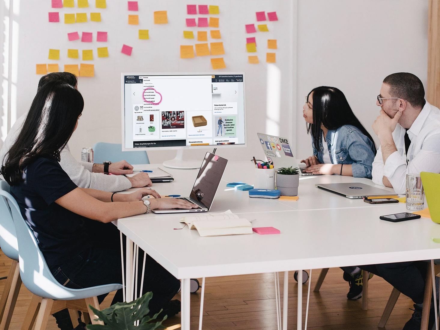 UX TEAM-REVIEW - Schauen Sie mit Ihrem Team über die Schulter Ihrer Anwender. Mittels Videostreaming können Sie und Ihre Kollegen den Usability-Test beobachten. Dank Eye-Tracking-Visualisierung erkennen Sie, was der Anwender sieht und mittels Think-Out-Loud was er denkt.Somit erhalten Sie unmittelbar tiefgreifende Einblicke in die Probleme, Hürden und Verständnisfragen aus der Sicht Ihrer Zielgruppe. Gemeinsam werden die Erkenntnisse und Inspiration gesammelt, priorisiert und als Arbeitspakete zurück in die Entwicklungsorganisation geführt.Einsatzzweck• Sie wollen Ihr digitales Produkt, Service oder Prototyp testen• Sie wollen die Wahrnehmung und Gebrauchstauglichkeit Ihrer Lösung und Oberfläche überprüfen• Sie wünschen sich, dass Ihr gesamtes Team Erkenntnisse, sowie Empathie für Ihre Anwender gewinnt