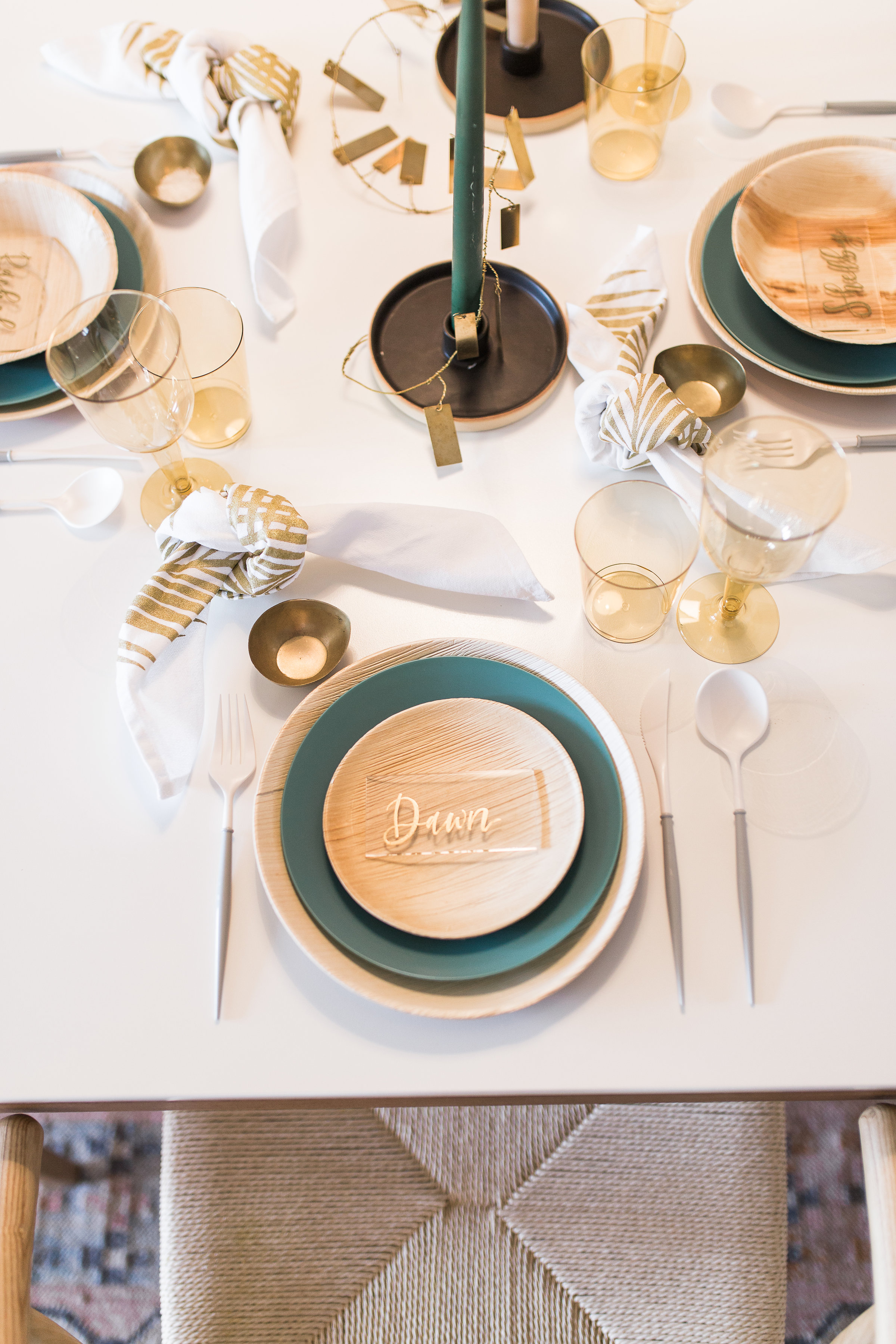 simple and clean dinner party decor ideas from livingforaged.com
