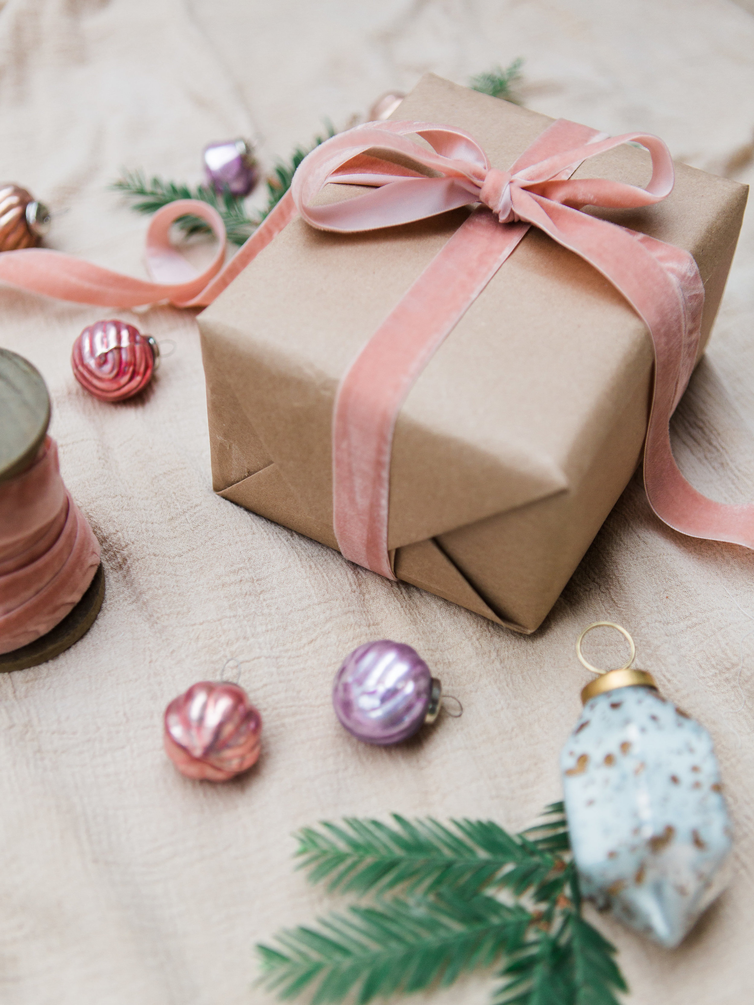 alternative wrapping ideas for christmas gifts not using red and green