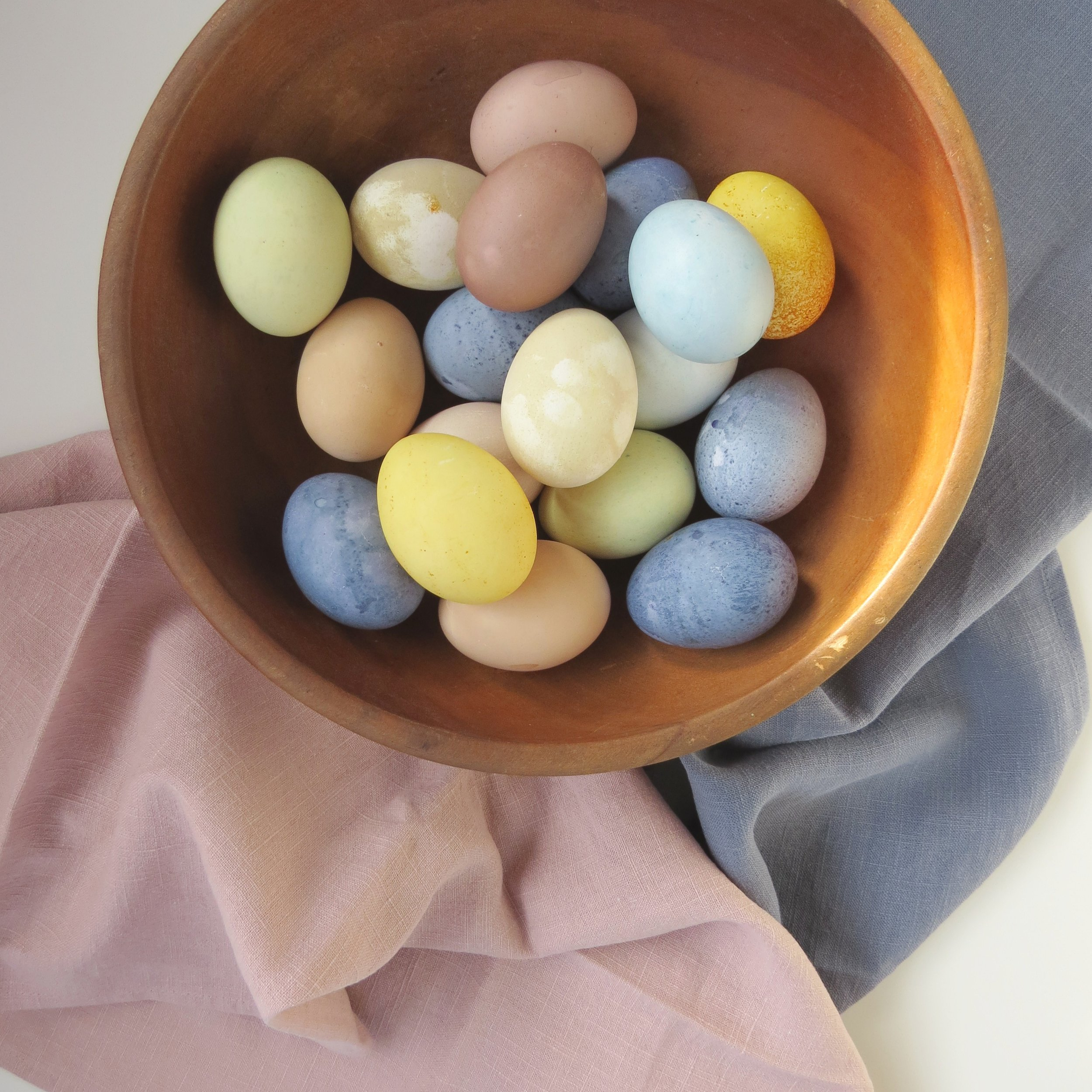 how to naturally dye easter eggs pastel colors from livingforaged.com