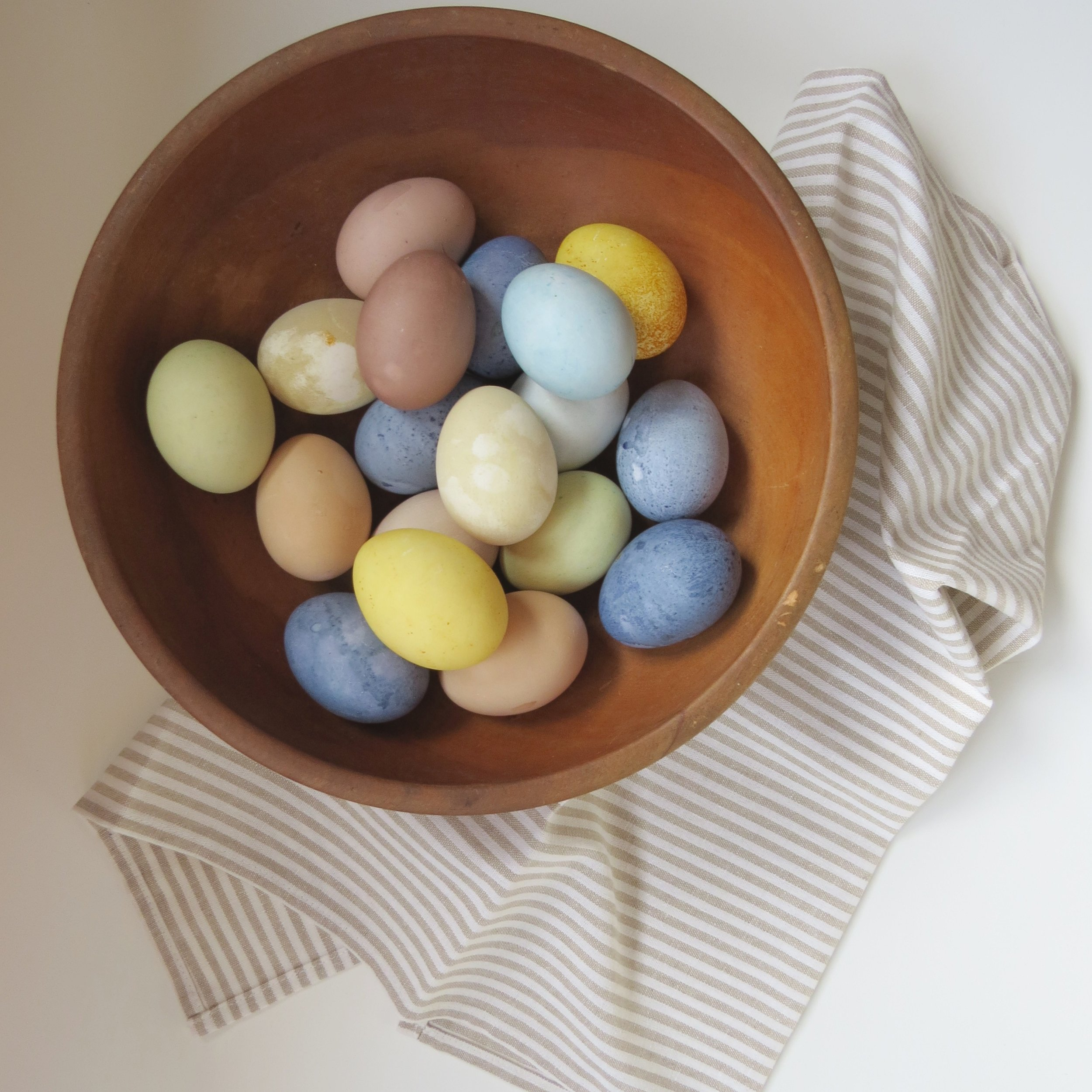 how to easily naturally dye easter eggs from livingforaged.com