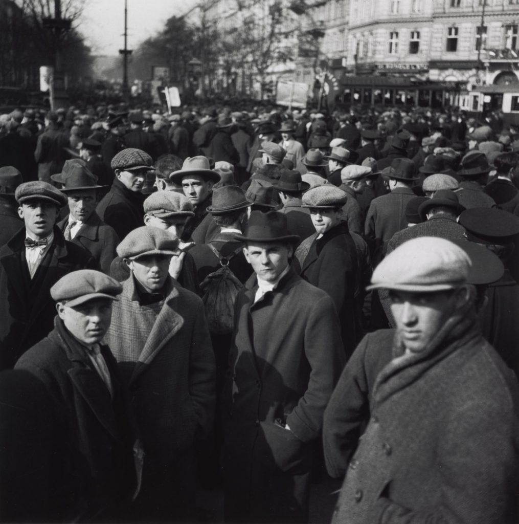 Едіт Тюдор-Харт. друк Оуеном Логаном. Демонстрація безробітних, Відень, 1932 р.