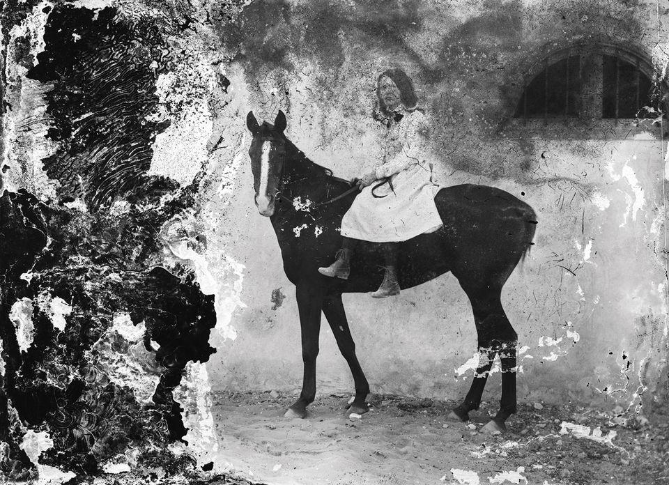 Фото: ARAB IMAGE FOUNDATION.   Портрет жінки Селіма Абу Іззедіна на коні (1900-ті роки, Єгипет)