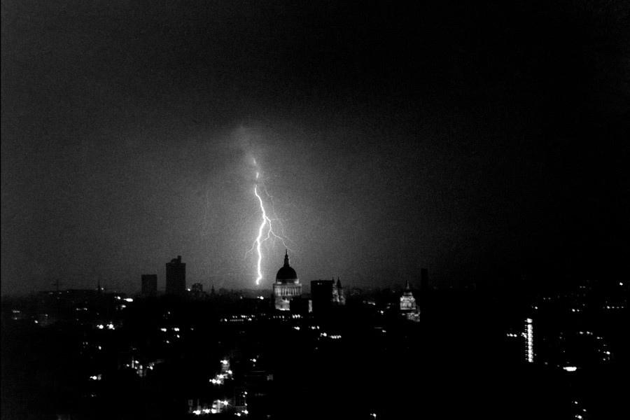 Фото: Майкл О'Брайан. Блискавка над собором святого Петра