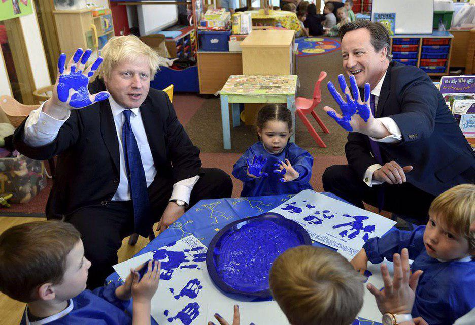 Світлина: Getty Images. Борис Джонсон в 2015 році на посаді мера Лондона з тодішнім прем'єр-міністром Девідом Кемероном, на зустрічі з дітьми.