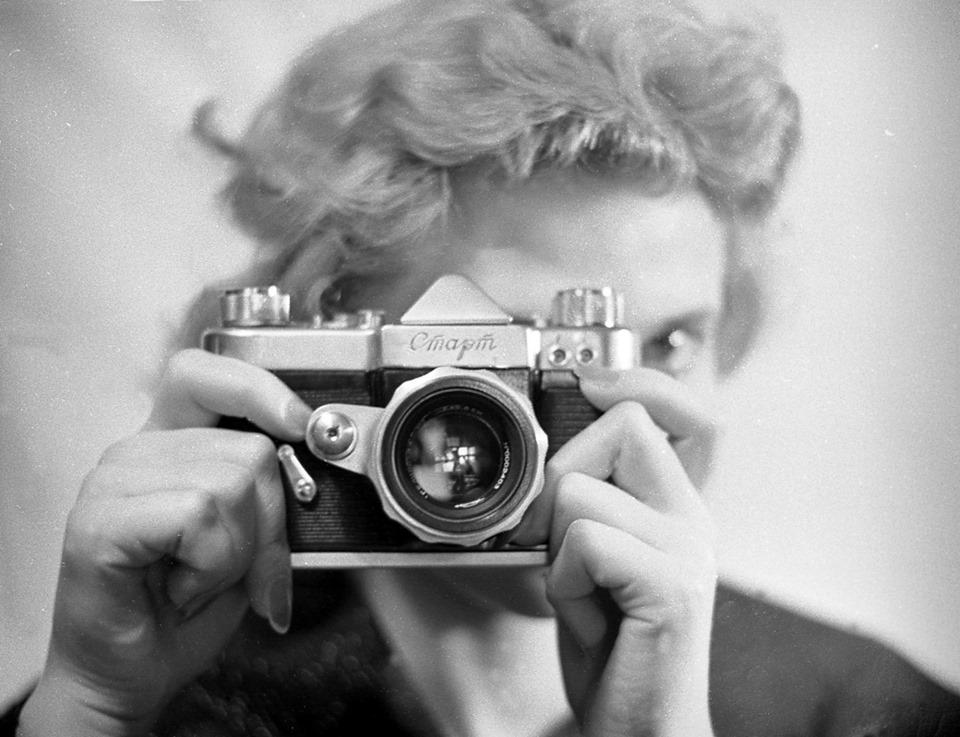 "Світлина: Володимир Степанов, «Поява нового фотоапарата ""Старт""», 1959"
