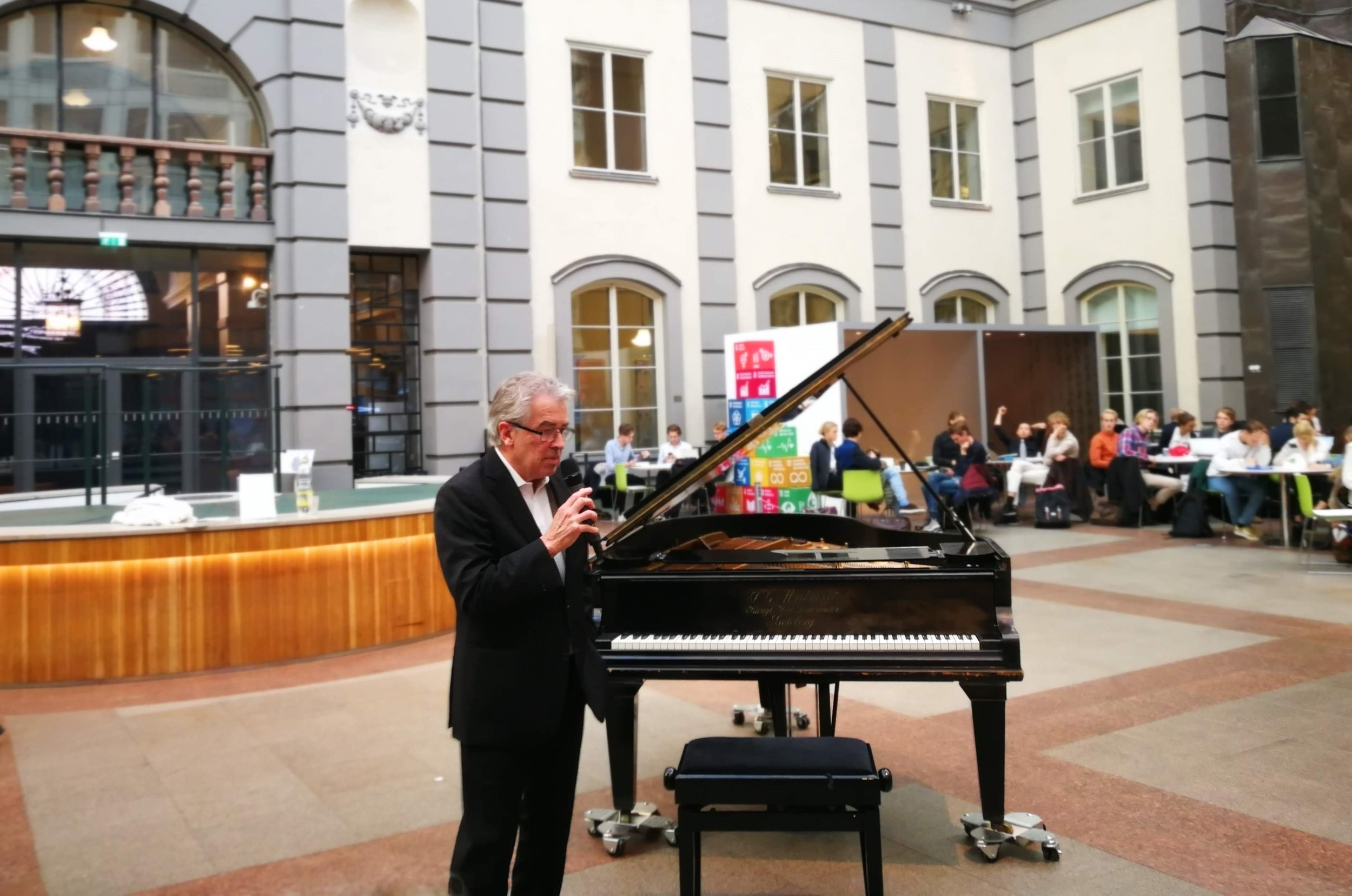 Профессор Стафан Скейя, всемирноизвестный шведский пианист, дает первый концерт рояле Ингмара Бергмана в Стокгольмской школе экономики. Фото: hhs.se