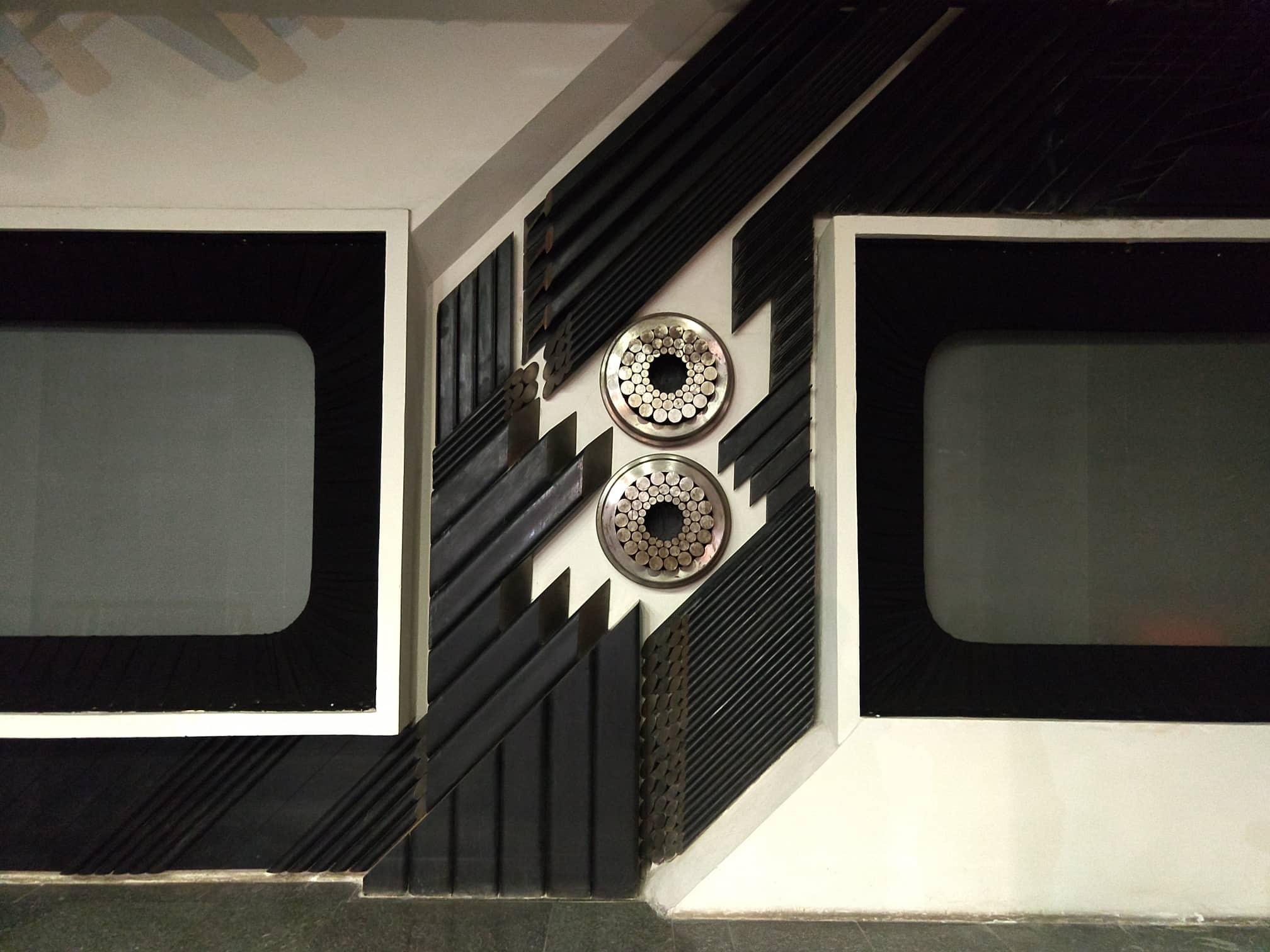 Декоратичне панно із металу та екрани, на яких демонстувалися кадри плівки в інтер'єрі музею. Світлина: Таня Журій