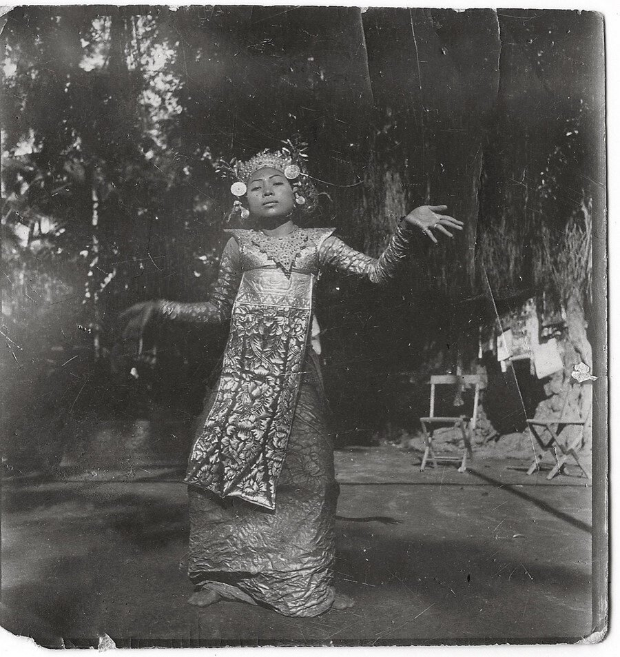 Софія Яблонська-Уден. Юна танцівниця балійського танцю Легонг. 1930—ті. Зображення надано видавництвом Родовід