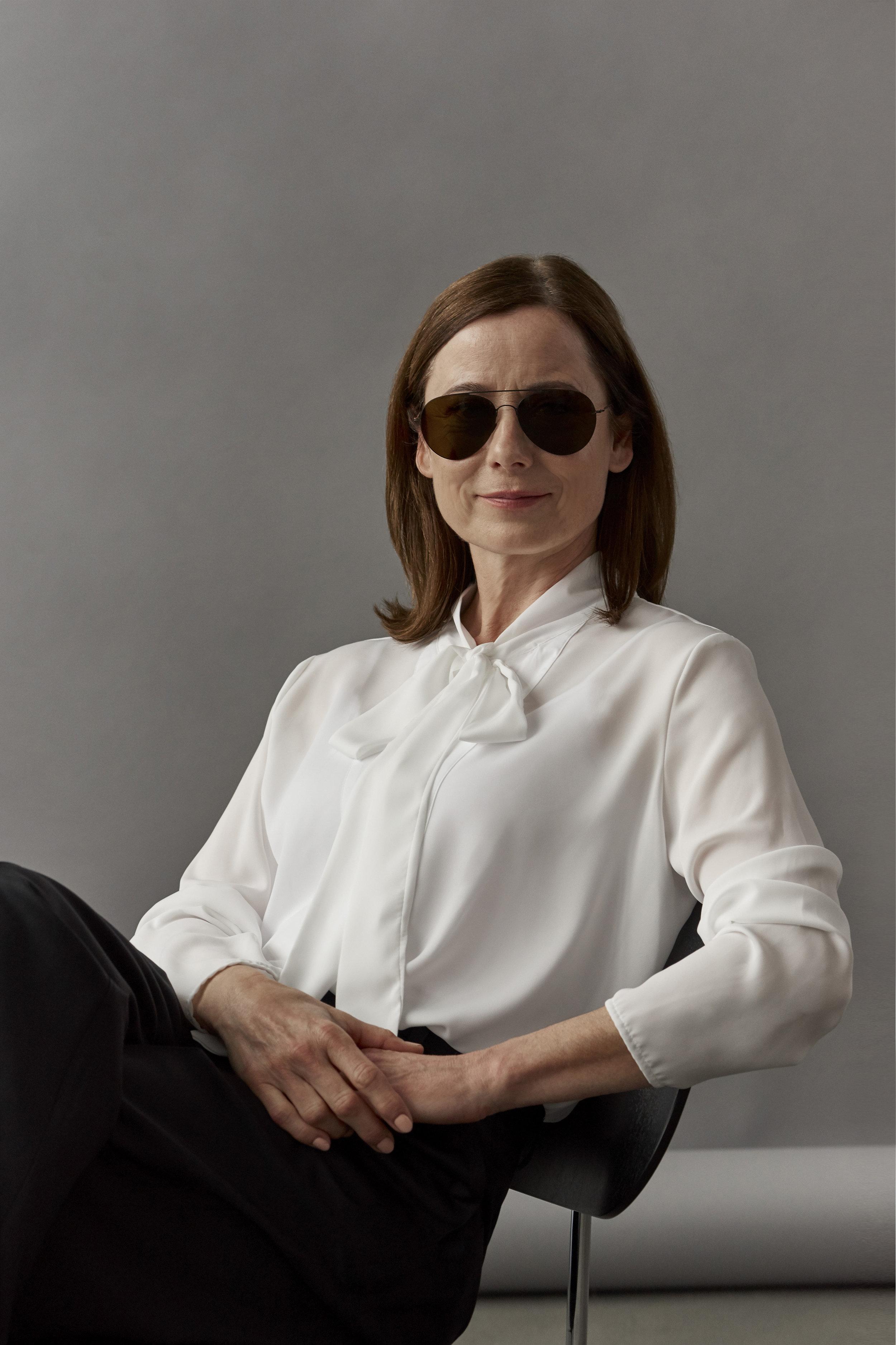 haffmans_neumeister_inka_friedrich_portrait_ultralight_sunglasses_centennial_black_brown_01.jpg