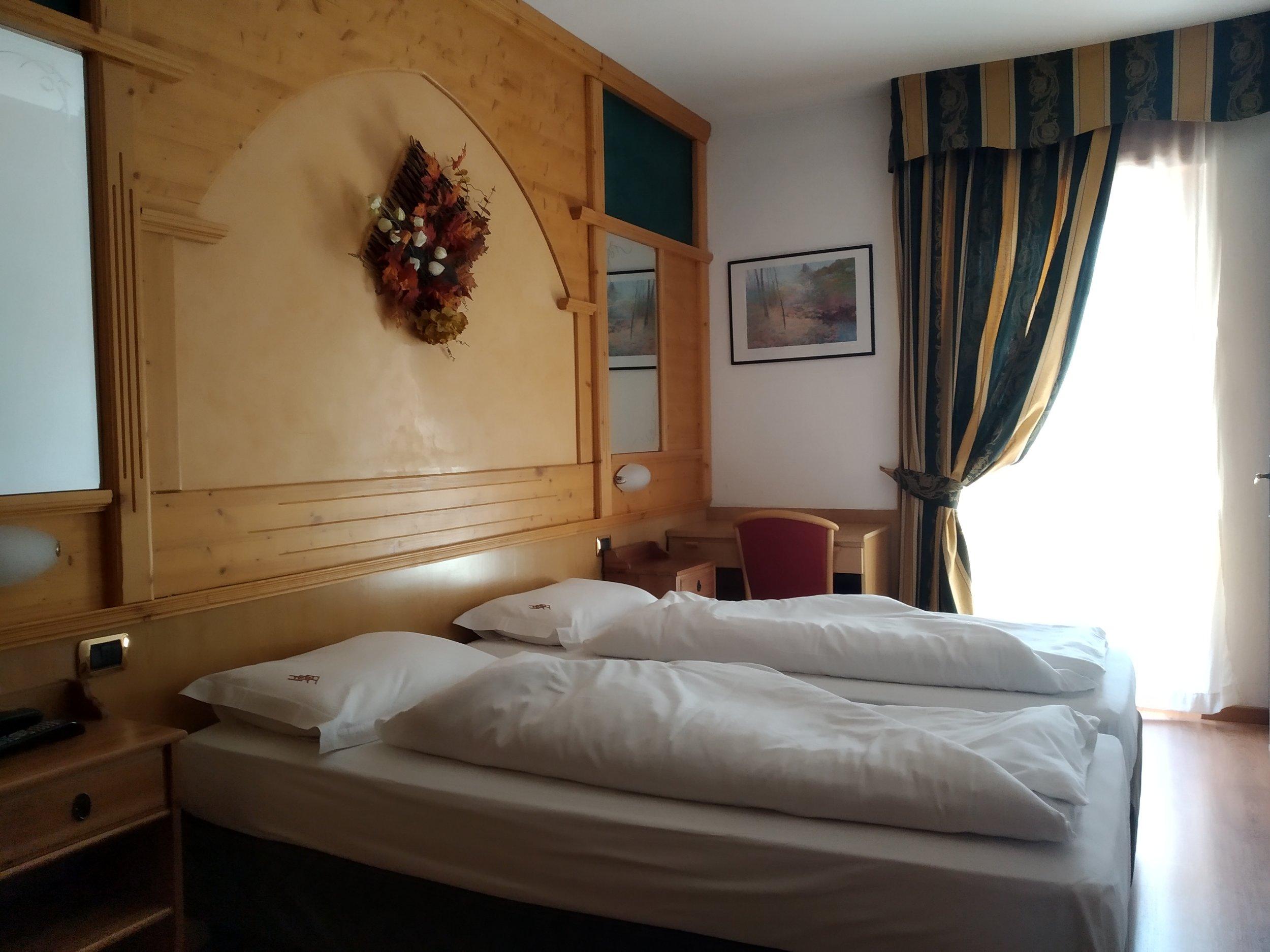 Camera matrimoniale standard - La camera combina caldi arredi di montagna con tutti i servizi, come Internet ad alta velocità, TV al plasma, asciugacapelli, servizi privati con set di cortesia, cassaforte e balcone.
