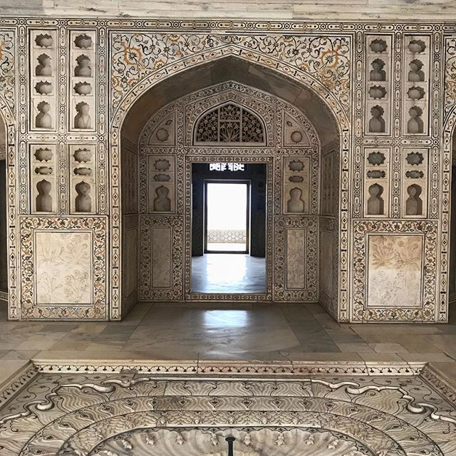 Beautiful details of the impressive Red Fort in #Agra! We are ready for our visit to the majestic #Taj #Mahal.. #tikkatours #travelwithtikka #meaningfultravel