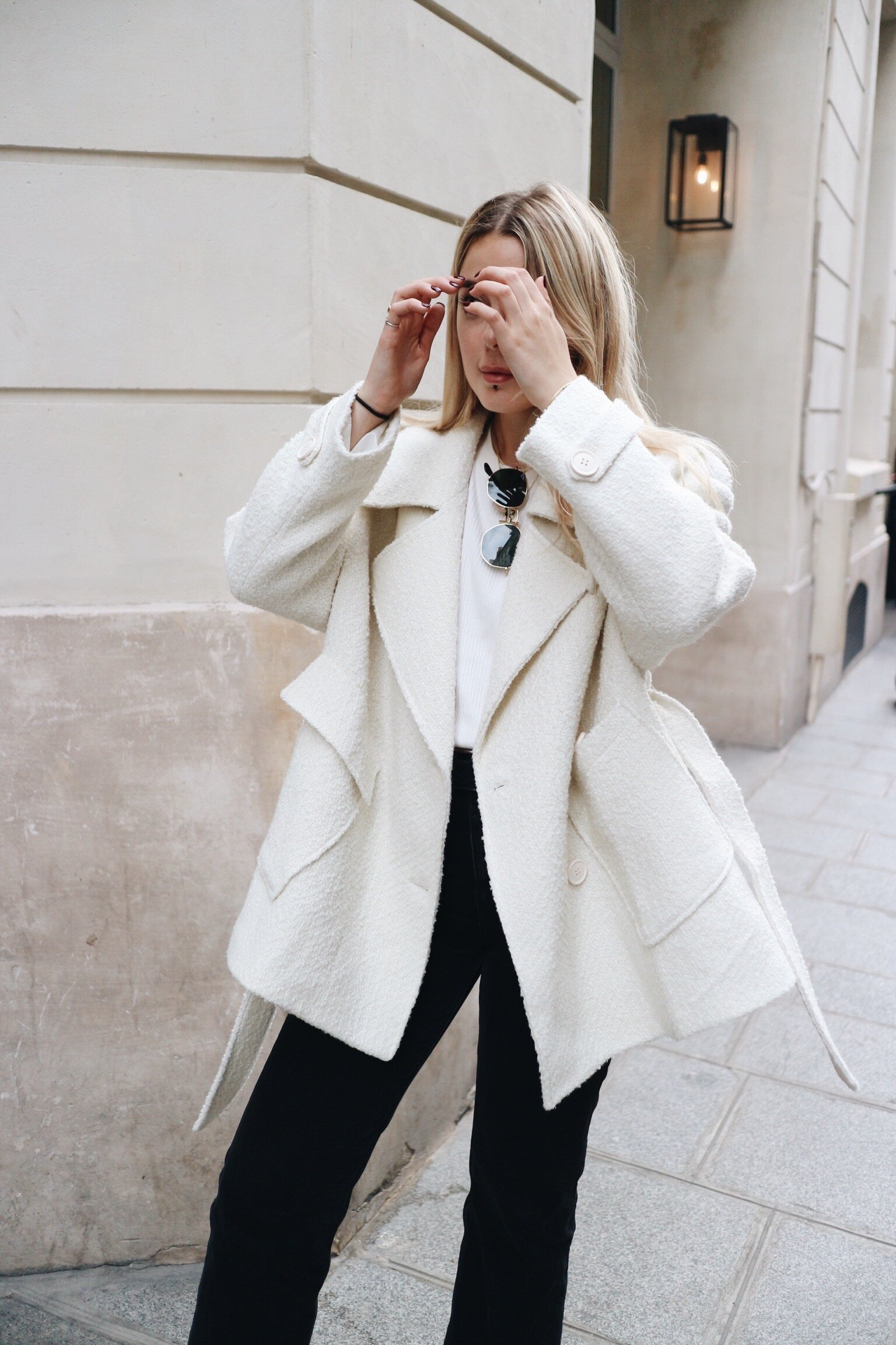 I bought this coat in The Frankie Shop and I'm obsessed. - So happy to finally own a piece from them. The shape is amazing and unlike anything else I've seen on the high street. The cut is beautiful and so flattering. You guys were fairly split when I asked for your opinion on IG but naturally I did it anyway.
