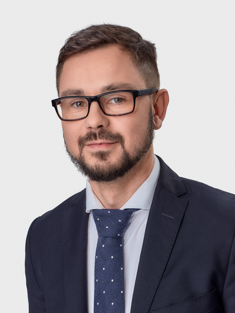 Jarosław Kamiński - Associate Partner at Rödl Kancelaria Prawna. He graduated from the Faculty of Law and Administration and attended the College of Foreign Languages at the University of Adam Mickiewicz in Poznan. Scholarship holder at the University of Rennes 1 (France). Specialist in merger, commercial and corporate law, real estate law, contract law and intellectual property law (including in the field of personal data protection). For years, it has served clients in capital and investment transactions, representing both investors and startups. From 2014, a member of the Bar Association in Warsaw. With Rödl & Partner associated since 2014. He speaks English and French. Lead auditor of ISO 27001 and internal auditor ISO 9001. Author of numerous publications.