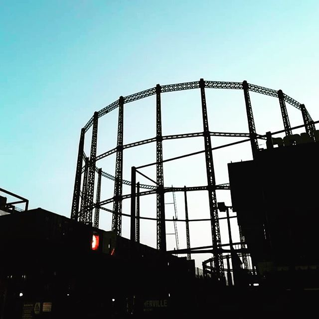 Loving our grand old gasholders on an autumn morning 🧡 One day to go till the night market is back here on the block, see y'all tomorrow night from 5pm!  #london #londonphotography #city #photo #londonlife #londontown #eastlondonlife #londoner  #towerhamlets #eastlondon #london #hackney #shoreditch #bethnalgreen #eastlondonlife #londonist
