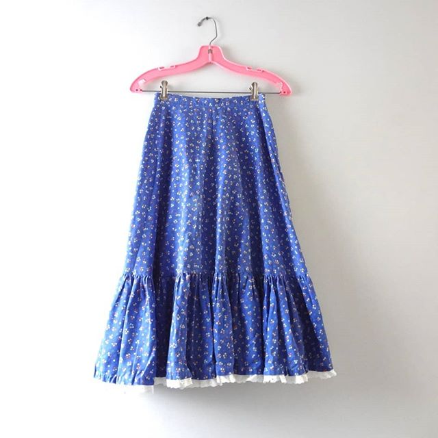 NEW | Vintage Blue Skirt XS | 1970s Blue Flowers Ruffle Hem Prairie Boho Skirt | $28 ⠀⠀⠀⠀⠀⠀⠀⠀⠀ Still need a last minute costume?  This 1970s Blue Ruffled Hem Skirt is ideal for #prairie, #hippie or even Ren Faire style costume ideas... plus it's just the perfect romantic boho skirt :) Check out more vintage at www.isabellasvintage.com ⠀⠀⠀⠀⠀⠀⠀⠀⠀ #vintage #vintage70s #70s #1970s #boho #bohemian #prairiestyle #coachella #blue #ruffled #floralprint #shopvintage #thatsdarling #costumeideas  #realoutfitgram #fashiondiaries #outfitdetails #whattowear #dailyfashion #thehappynow #lookoftheday #igstyle  #vintageclothing  #streetstyle  #styleinspo  #shopoholics #fashionaddicts #flirty
