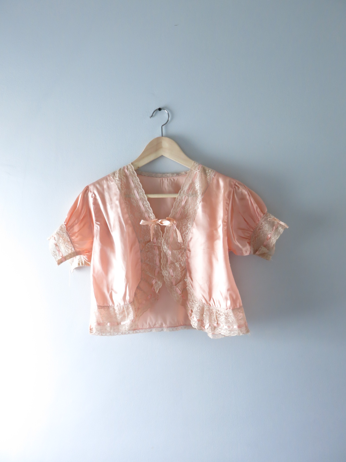1930s Peach Satin Bed Jacket S | Isabellas Vintage $78