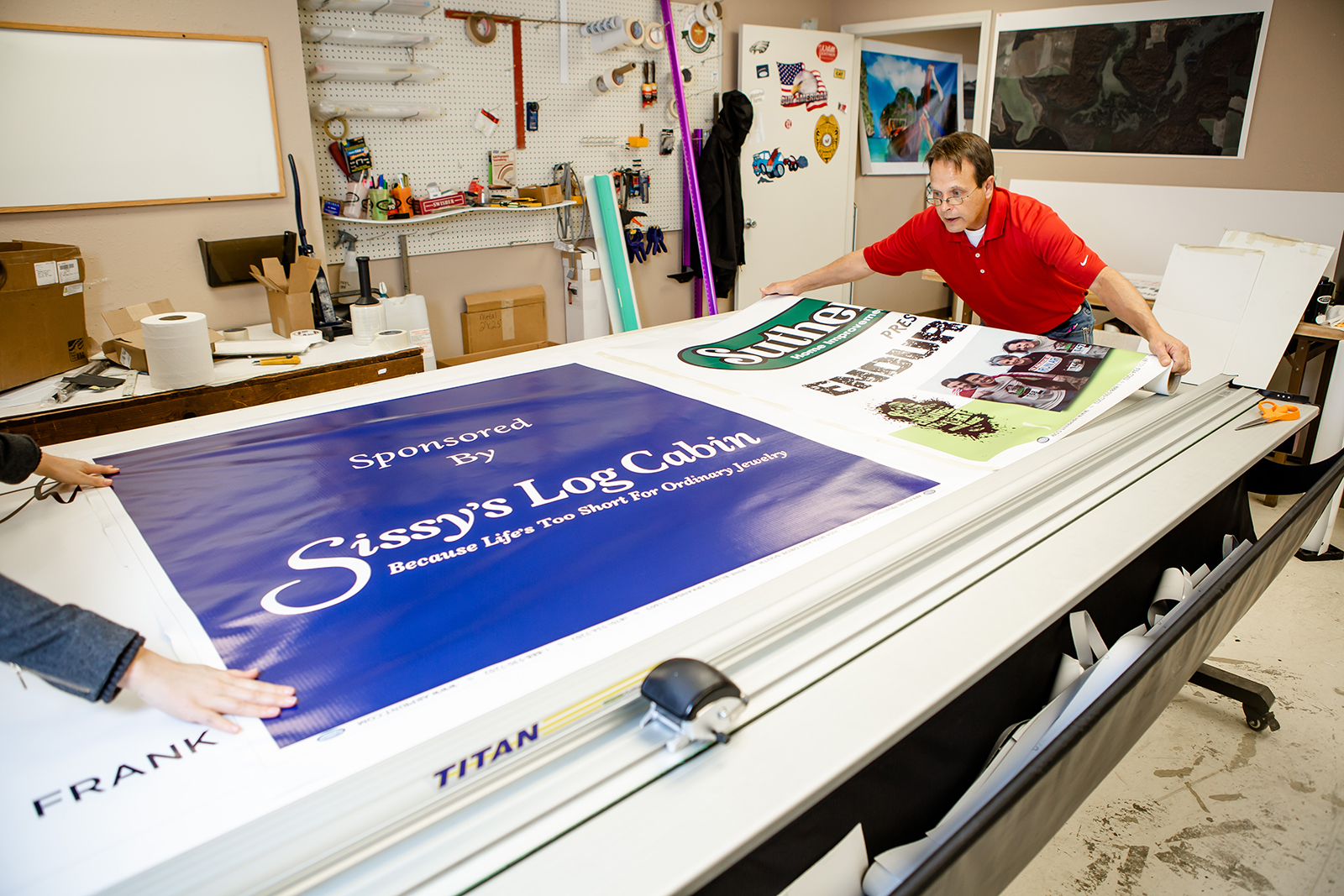 in/outdoor vinyl banners - Our vinyl banners include optional hemming and grommets to ensure easy hanging and are always printed on high quality material to prevent wear and tear.