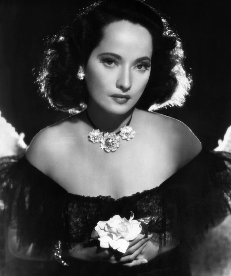 Above: The beautiful Merle Oberon, wearing Cartier pins, clipped to a necklace.