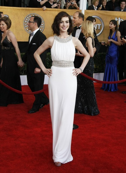 It is also not uncommon to find dress clips that could be attached to bracelets and bangles. Here, Anne Hathaway wears a Cartier piece to the 2009 SAG awards.