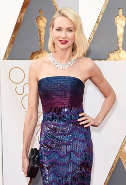 Naomi Watts' bold Bulgari leaf-patterned diamond necklace worked seamlessly with her simple hairdo and chic Armani Prive bustier gown.