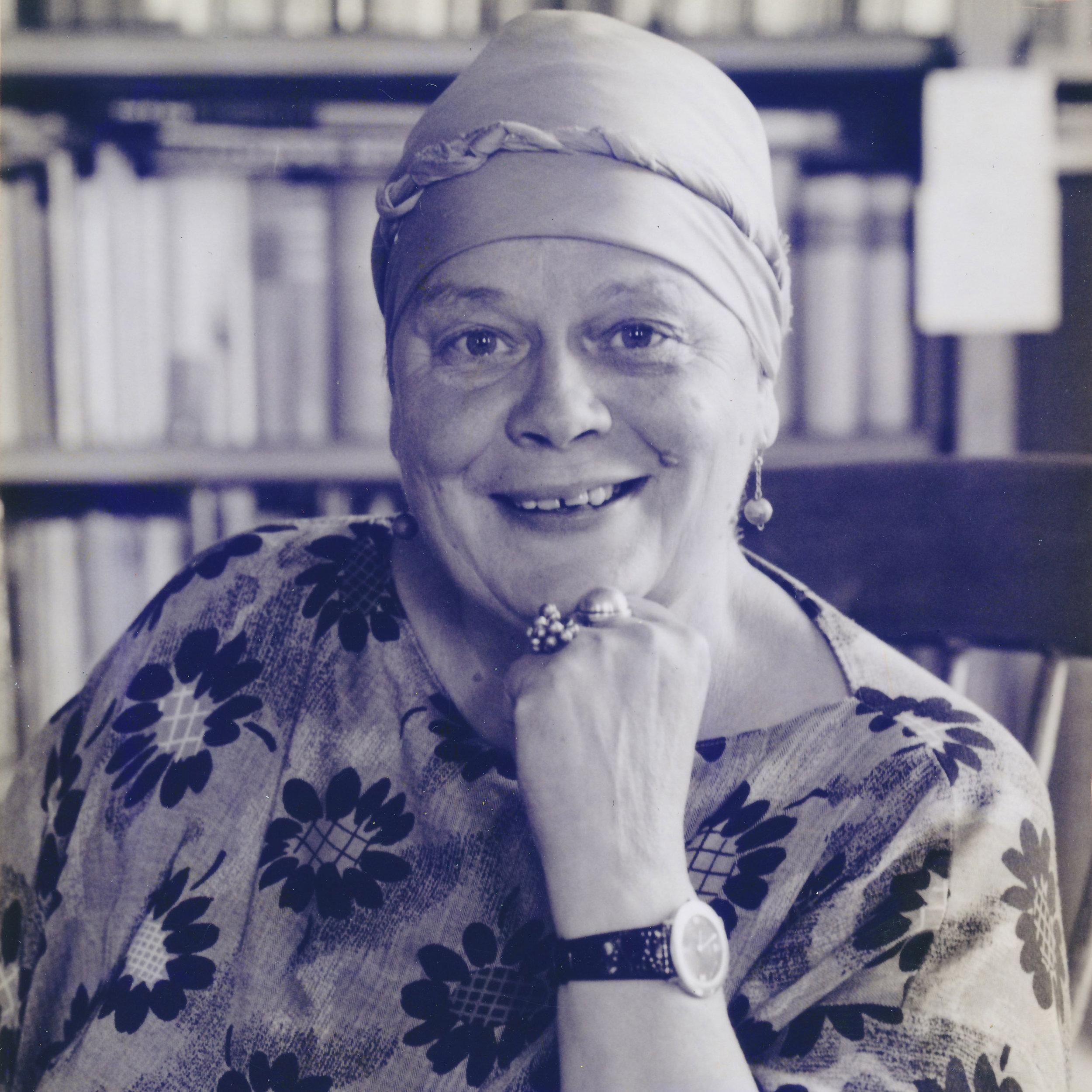 Täti Tuidu - Tuula Tuomisto (1936-2010) oli ihana tätimme, joka palasi lapsuudenkotiinsa Tuomistolle 1970-luvulla. Tuidu vietti taiteilijaelämää maalaten vuoden ympäri. Samalla hän oli mukana monissa ammatti-, paikallis- ja muissa yhteisöissä ja toimi mm. kuvataideterapeuttina ja joogaopettajana. Sukulaiset tapasivat kokoontua Tuidun luokse viettämään juhlia ja pohtimaan elämää.