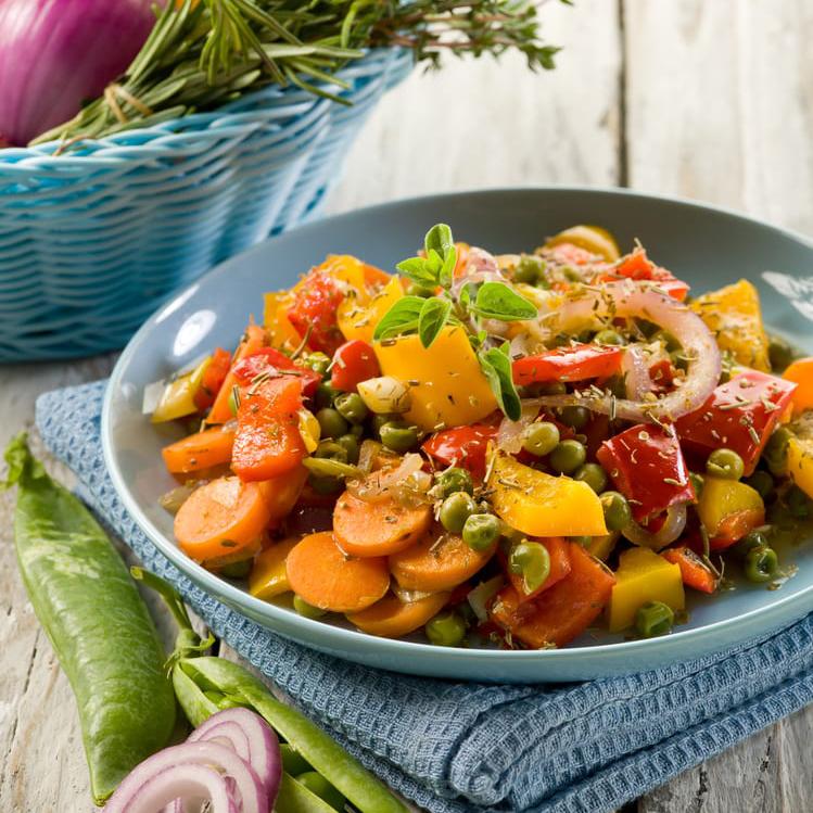 Ravintoa keholle ja mielelle - Ruoka on olennainen osa hyvää oloa ja hyvää mieltä. Haluamme tarjota Tuomistolla tuoretta, herkullista ja ravintorikasta ruokaa. Valmistamme ruuan rakkaudella ja huolella omassa keittiössämme. Suosimme kasvisruokaa ja käytämme mahdollisimman paljon luomua, oman puutarhan villiyrttejä ja muita antimia sekä lähiruokaa. Kala ja ajoittain riistakin kuuluu myös valikoimiimme. Gluteeniton ja maidoton menu onnistuu myös.