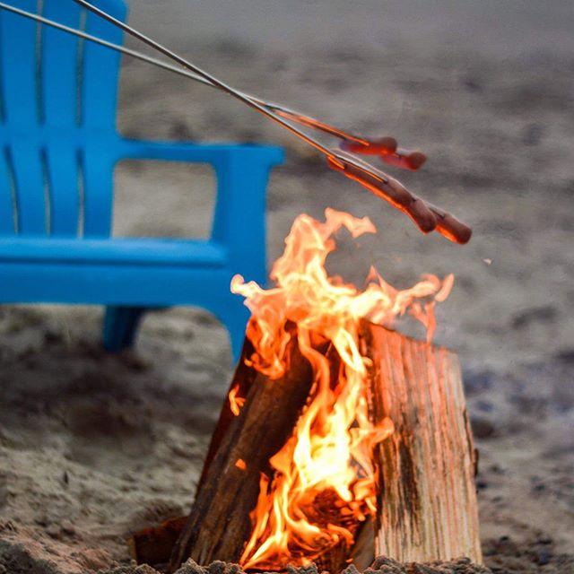 Night @hallmarkresort_cannonbeach  #pnwonderland #pnwphotographer #hotdogroast#traveloregon#bonfire#myhallmarkmoment
