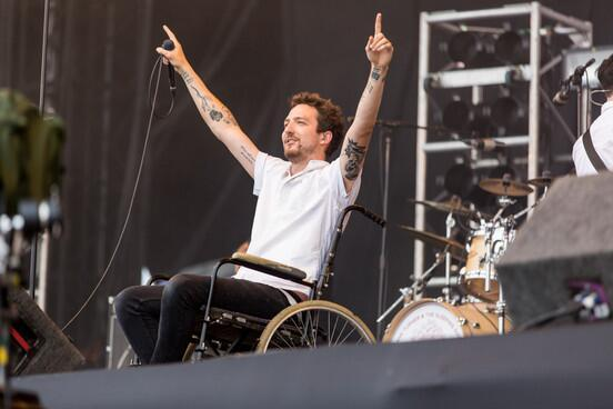 13greenbits :      Frank Turner  played tribute  to Kurt Cobain by reenacting Kurt's iconic entrance @ Reading and Leeds Festival 2013
