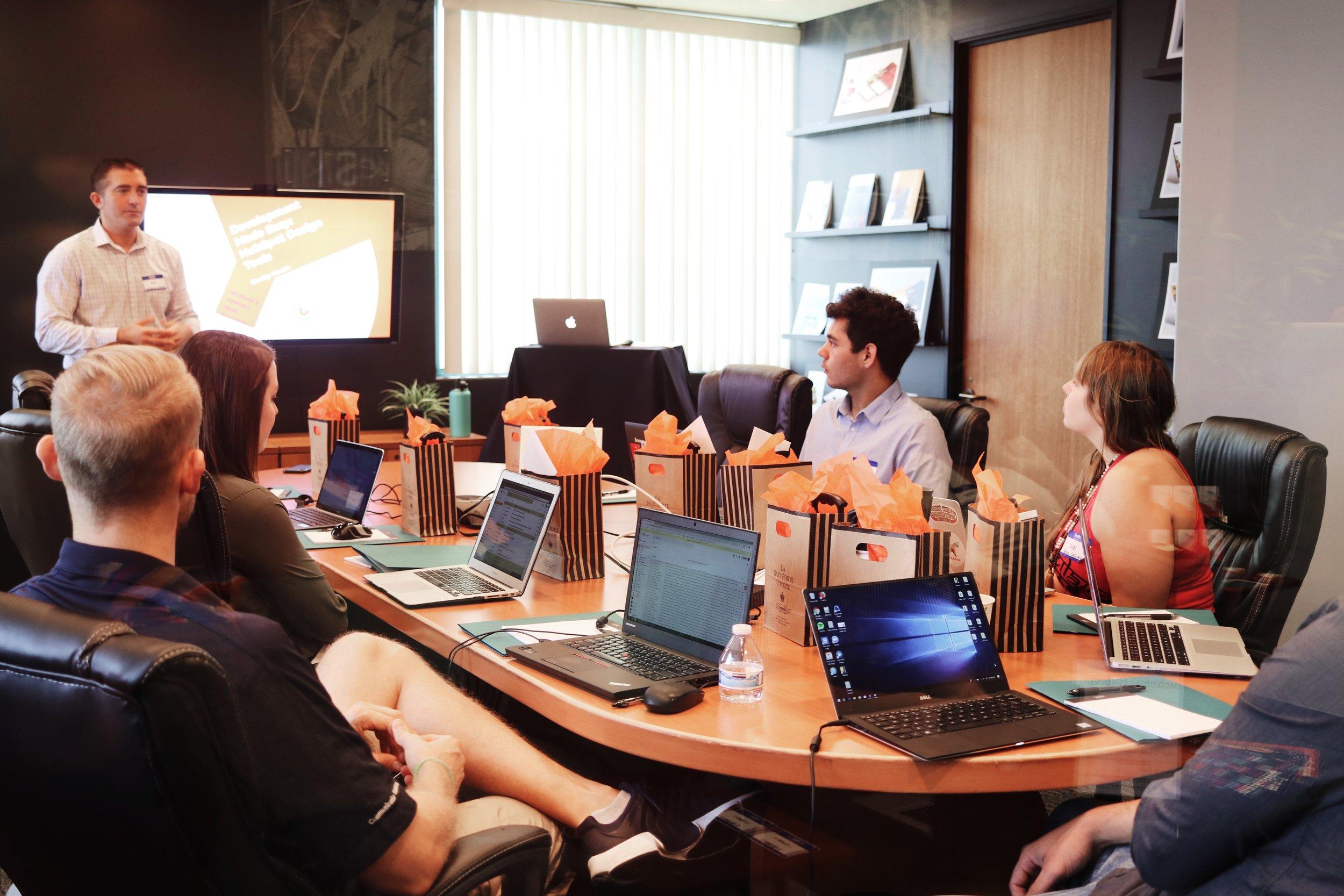 游学系统课程 - 我们邀请常春藤校友、学生会主席、硅谷行业精英举办系统课程,并在加州伯克利本校授课。