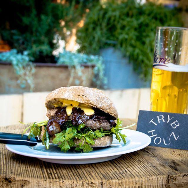 Diesen Sommer gibts bei uns auch einen Fleisch-Burger im Angebot!  Unser bio Rindfleisch stammt aus der regionalen Biometzgerei Bärtschi aus Schüpfen und wird speziell mit Fenchelsamen zubereitet. Angerichtet wird im Sauerteigbrot an einer Zwiebel-Confi Sauce und einem Rucola-Petersilie-Minze Topping. Hmm e Guete!  #trybhouzbar #aare #bern #biometzgereibärtschi #altenberg #trybhouz #regional #burger