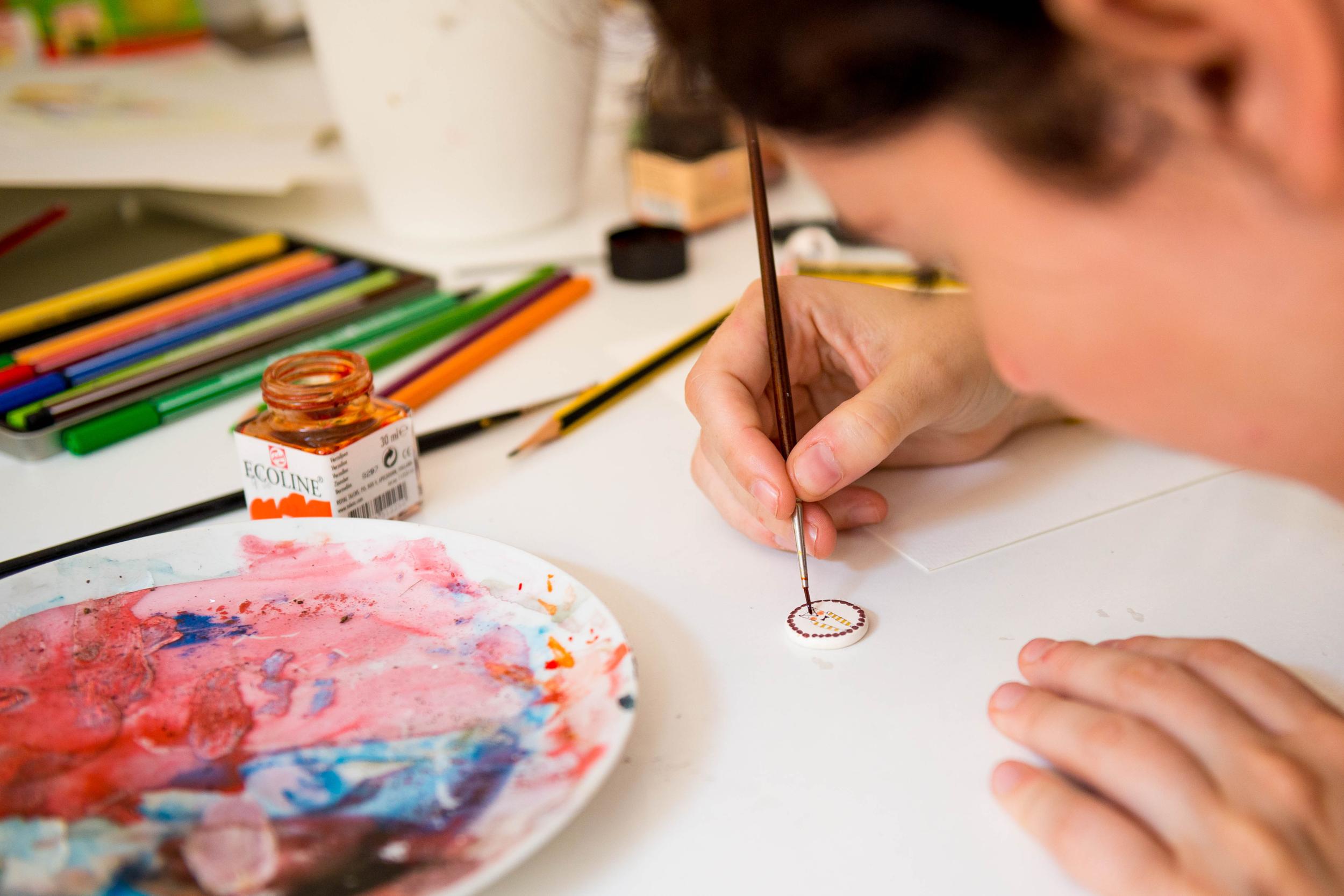 - Carmen en Marina illustreren en maken juwelen van keramiek. Met hun magische handen maken ze miniatuurschilderijtjes op keramiek en boetseren ze masterpieces. Galerie Magiek geeft deze dames graag een exclusieve pied-à-terre in Brugge.