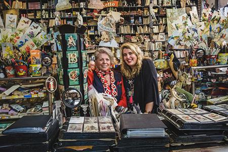 - Moeder Isabelle en dochter Ganesha hebben naast elkaar elk een sprookjesachtig winkeltje in Gent. De dames creëerden een eigen label van nostalgische prentkaarten die in Brugge exclusief in Galerie Magiek te vinden zijn.