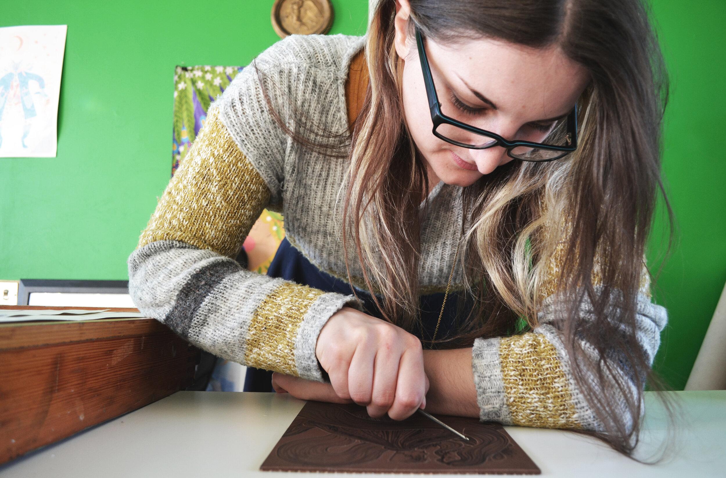 - Rosie is illustrator en woont in Noord-Ierland. Voor Galerie Magiek boetseert Rosie sprookjesachtige broches, schildert ze ragfijne medaillons en creëert ze ecologische linnen tassen.
