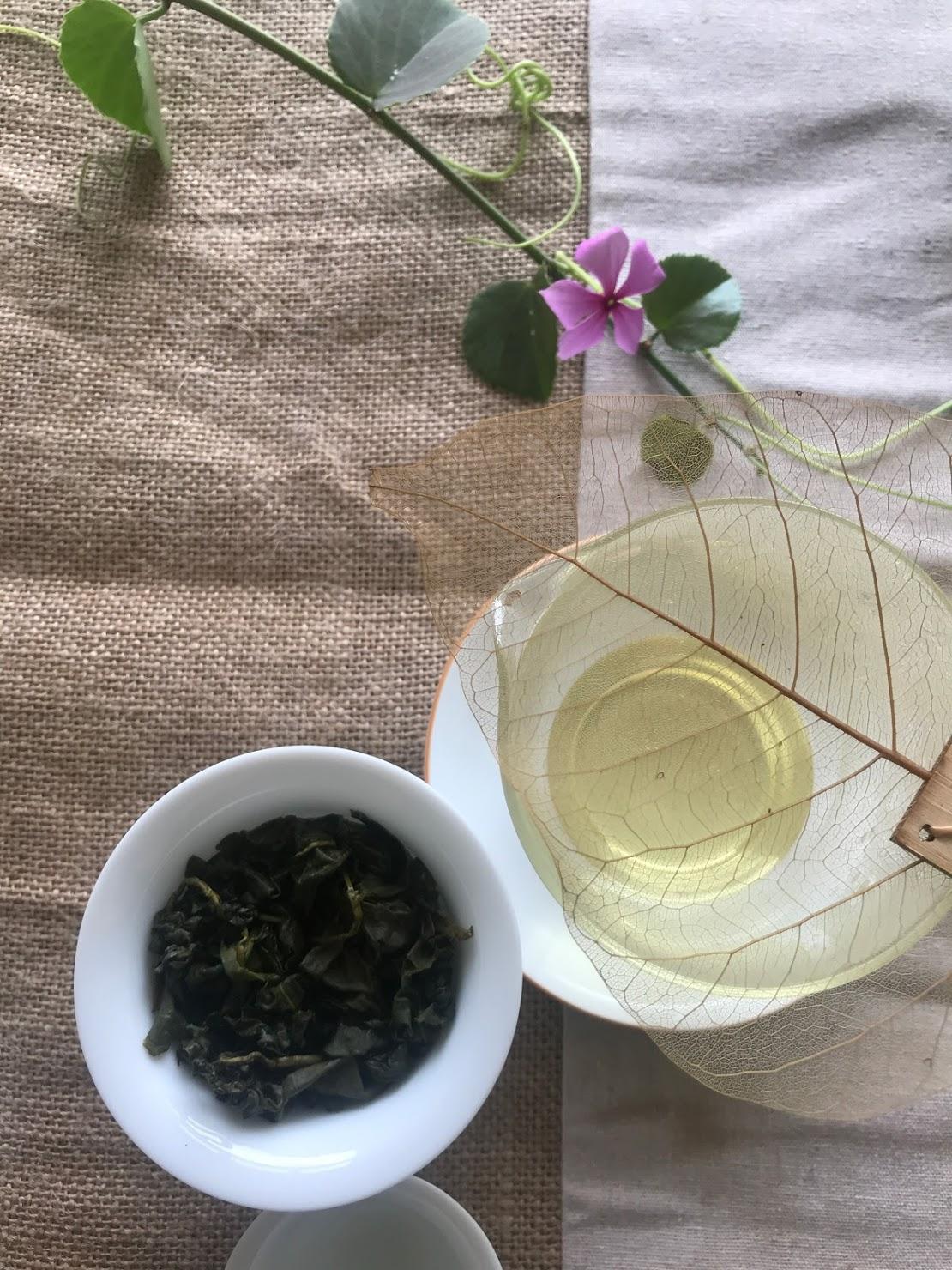 僅次於咖啡,茶葉含有香氣的化合物多達700多種,從乾葉、熱茶湯、到浸潤後的葉子,有無止盡的複雜香氣組合。一杯茶,就能讓我們捕捉到好多氣味。