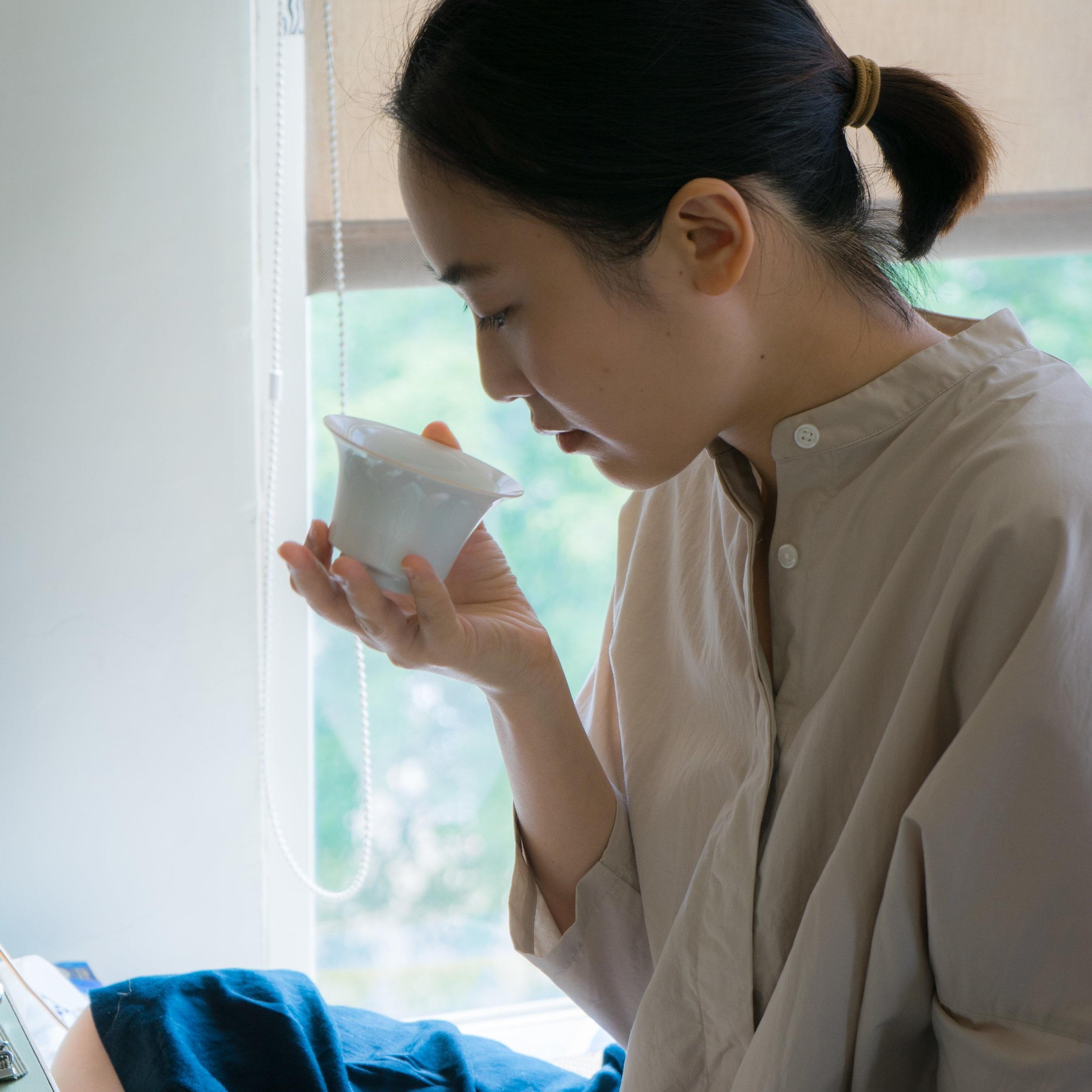 Joan的美,融合沈著專注的態度,冷靜內斂的氣質,似乎體現了日本茶道的「和、敬、清、寂」