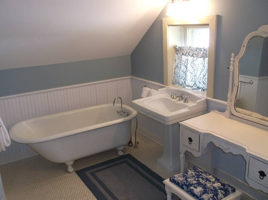 Fulll Bathroom - Clawfoot Tub