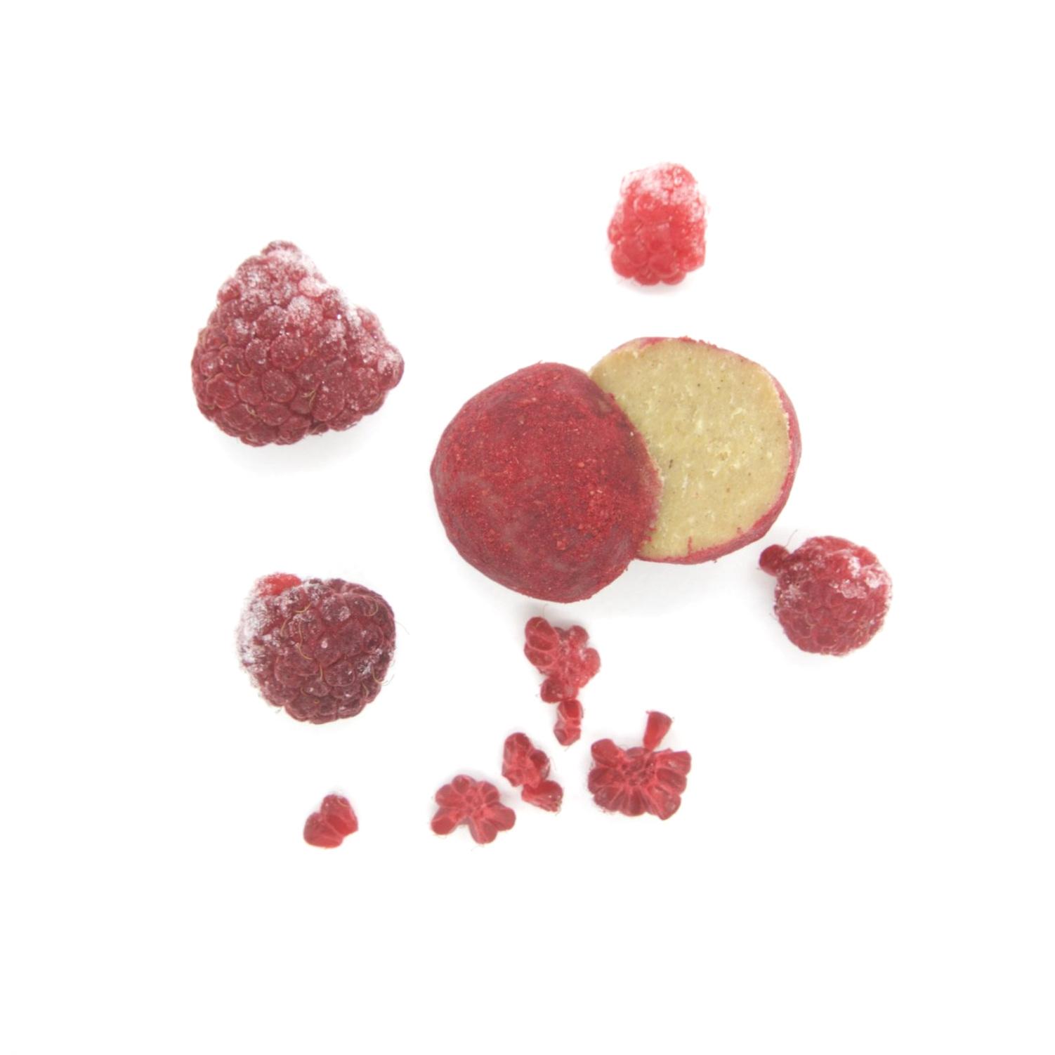 RAW VEGAN TRYFFEL - VIT HALLON 40X15G Ingredienser:   CASHEWNÖTTER*, agave sirap*, kakaosmör*, lucuma*, torkad hallonpulver*, Bourbon vanilj*, pink Himalayan salt *= ekologisk produkt  (kan innehålla spår av mandel & hasselnötter)   Näringsvärde (100g):   Energi (kj/kcal) 2130/509, Fett 33,57g - varav mättad 11,59g Kolhydrater 52,80g - varav sockerarter 37,80g Fiber 3,94g Protein 8,75g Salt 0,16g